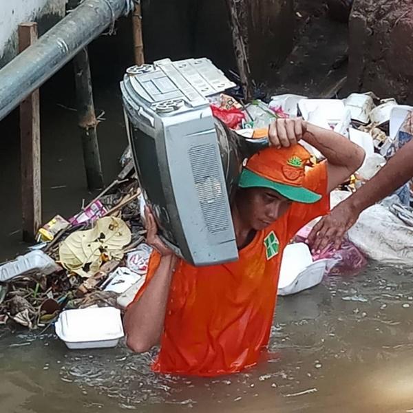 Nggak cuma satu, ternyata ada banyak orang yang membuang TV ke dala sungai. Perbuatan yang sangat nggak terpuji.