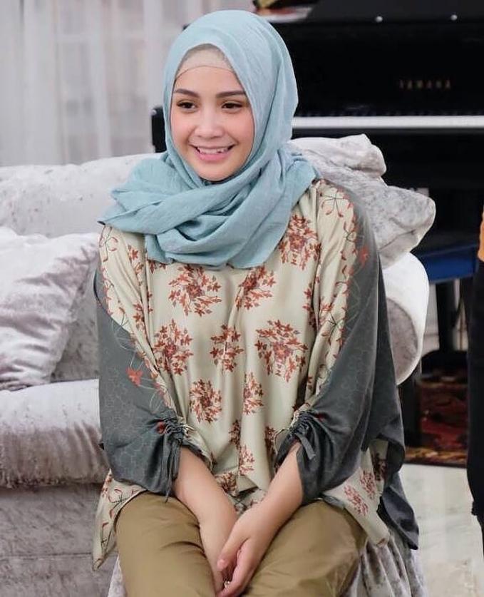 Wajah Nagita yang baby face bikin dia kelihatan imut banget ya pakai hijab, apalagi dengan warna kalem kaya gini.