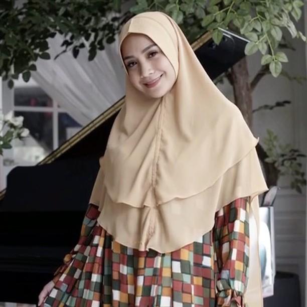 Senyum nagita kelihatan adem banget memakai hijab berwarna coklat ini. Senada dengan busana yang ia kenakan.