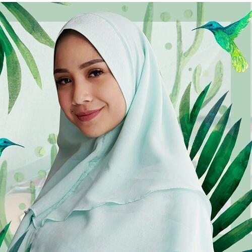 Mbak Gigi emang cocok banget kalau memakai warna pastel dan soft saat memakai hijab.