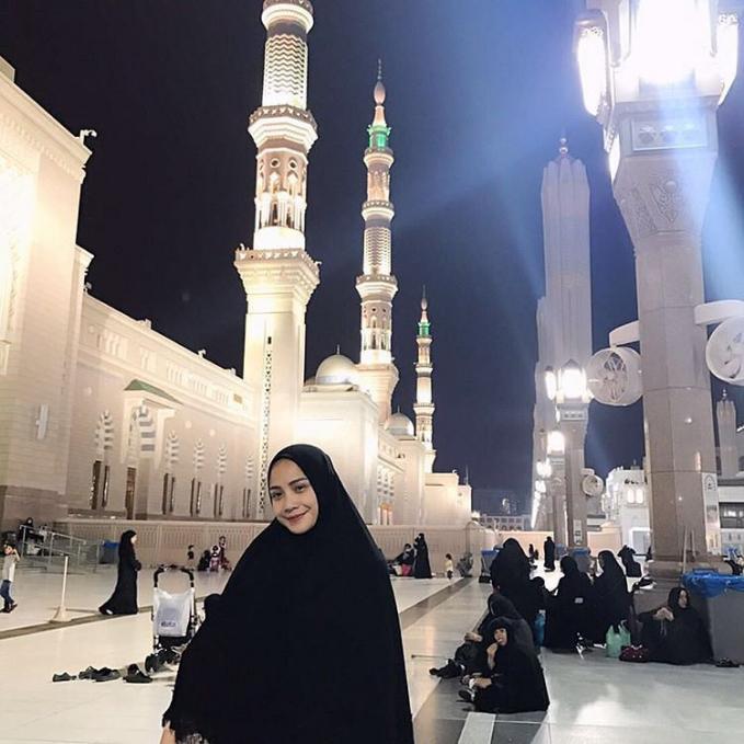 Memakai hijab serba hitam juga tetap membuat kecantikan Gigi terpancar.