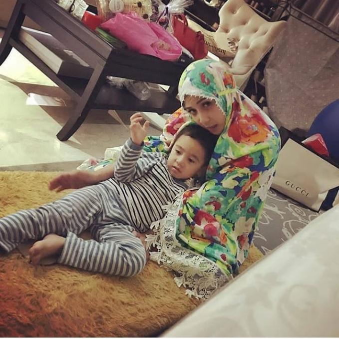 Rafathar lagi nungguin Mama Gigi habis sholat. Manis banget deh!