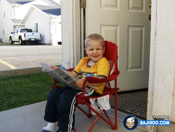 Wah, gayanya udah mirip orang dewasa aja nih guys baca koran di teras rumah sambil duduk manis.