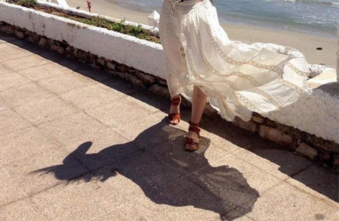 Rok yang tersingkap terkena angin membentuk bayangan seekor kuda.