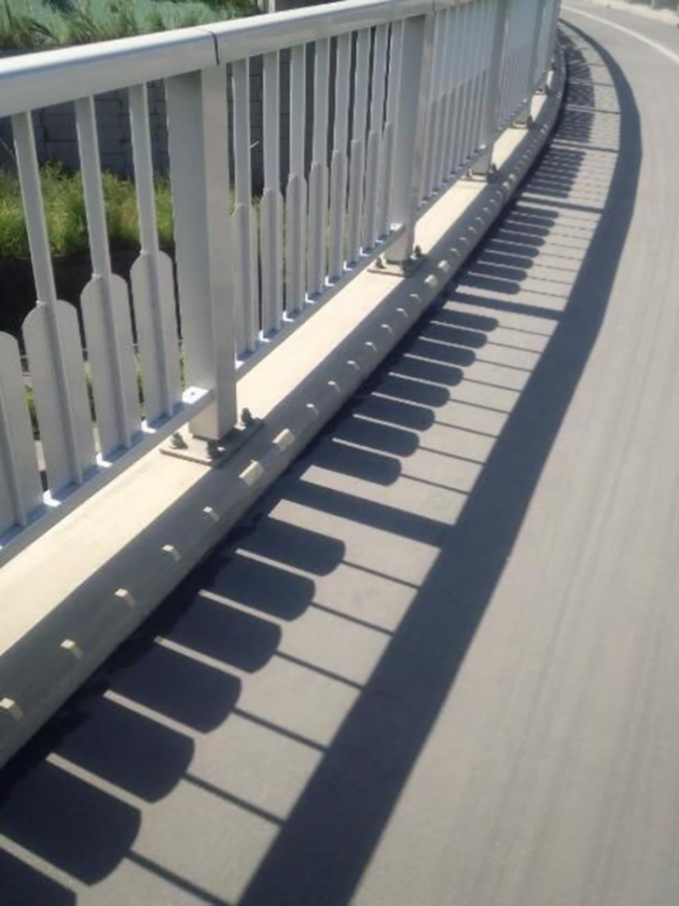 Sepanjang pagarnya punya bayangan seperti sebuah piano guys. Emang ya Pulsker, kadang bayangan itu bisa menipu penglihatan kita.