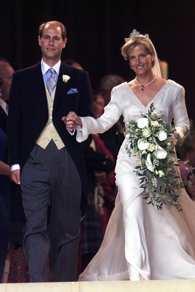 Satu tahun kemudian yaitu tahun 1993, Pangeran Edward mempersunting Shopie Rhys Jones yang memakai gaun berwarna putih anggun.