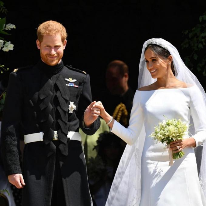 Yang masih hangat, yaitu pernikahan Pangeran Harry dengan Megan Markle yang mengenakan gaun cantik karya desainer Clare Waight Keller.