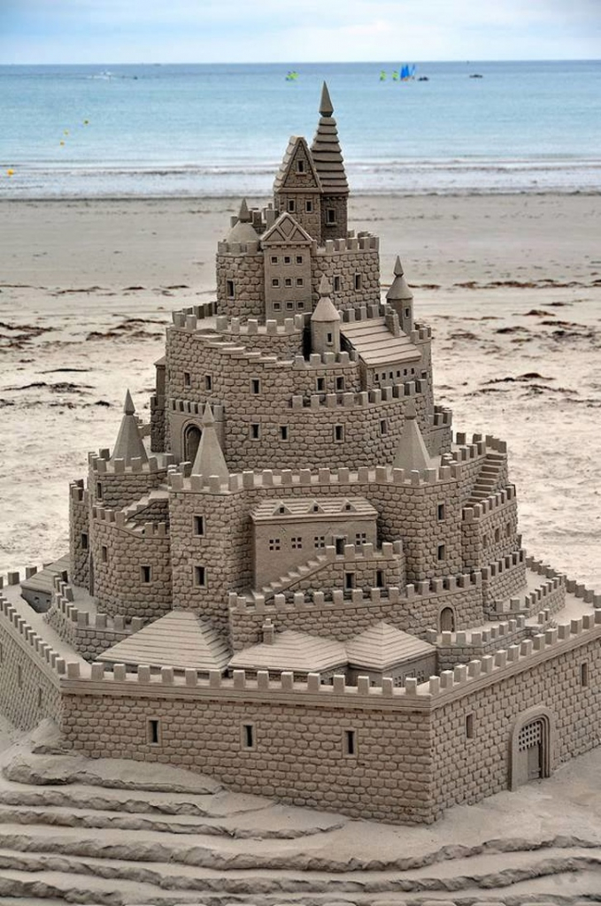 Walaupun dari pasir, replika istananya nampak detail banget lho Pulsker.