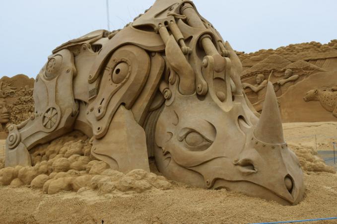 Ada lagi nih yang menciptakan patung robot badak bertubuh kekar.