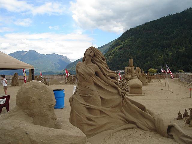 Juga patung seorang putri dengan gaun panjang dan rambut terurai terkena angin.