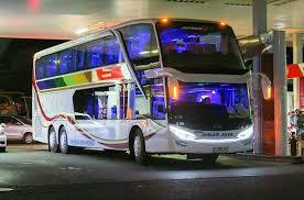 Bus Double Decker Bus mewah ini memberikan layanan kursi super empuk, mini bar, kasur, audio video, makan dan cemilan. Dan tarifnyapun masih terjangkau berkisar ratusan ribu rupiah saja.