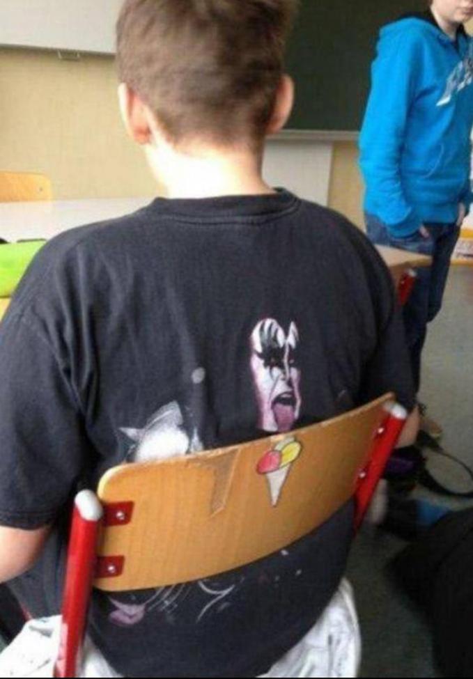 Wah, pas banget nih si anaknya pakai kaos dan kursinya ada gambar es krimnya.