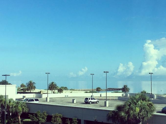 Coba deh kalian perhatikan lagi, warna biru latar belakang bangunannya nggak sepenuhnya warna langit lho. Tapi dari air laut juga gengs. Gimana, pada terkecoh semua kan setelah ngeliat foto-fotonya?. (Sumber : Brightside.me)