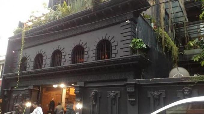 Rumah Ahmad Dhani yang mayoritas berwarna hitam mempunyai desain unik bak istana jaman kerajaan.