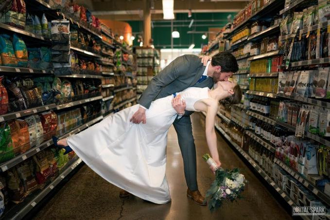 Pasangan Jacqueline Aronson dan Ross menggelar acara pernikahan di supermarket dengan latar belakang makanan guys.