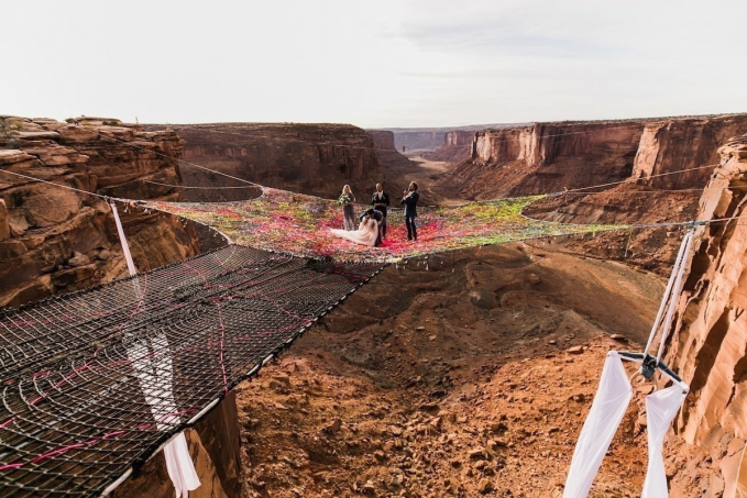 Sementara pasangan Ryan Jenks dan Kimberly Weglin menyelenggarakan pernikahan dengan cara ekstrim. Yakni diatas Grand Canyon yang hanya dihadiri beberapa orang yang bernyali saja.