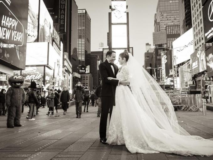Times Square biasanya dipadati oleh banyak orang saat menjelang tahun baru. Inilah yang menginspirasi jurnalis sekaligu aktris Maria Menounos untuk menggelar pernikahan disana.