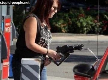 Mungkin karena pakai kacamata kali ya, sampai nggak kelihatan tangki bensinnya.