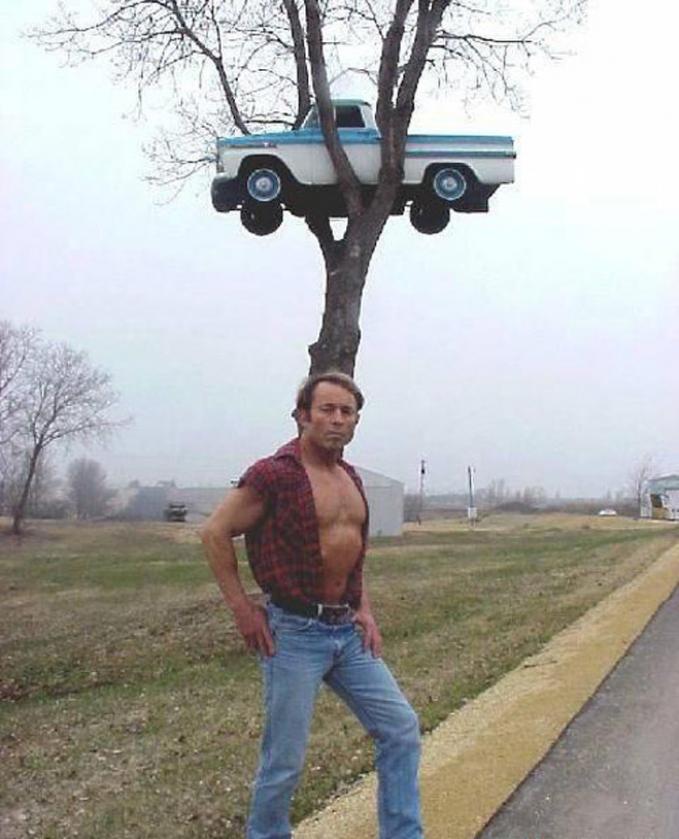 Ayo, siapa lagi berani macam-macam sama si masnya?. Pengen mobil kalian digantung diatas pohon juga?.