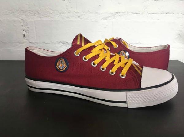 Buat pecinta Harry Potter sepatu sneakers converse edisi khusus ini wajib punya nih.