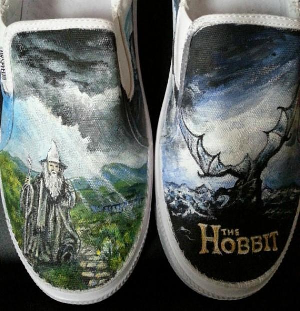 Sepatu lukis bertema film The Hobbit pas banget buat hang out atau dipakai dikampus gengs.