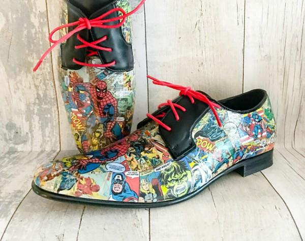Biar nggak bosan sepatu vantofel hitam polos bisa kalian rubah dengan gambar komik.