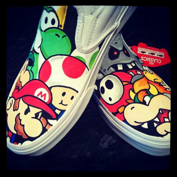 Terakhir ada sepatu dengan tema Mario Bros yang juga nggak kalah keren. Nah, itu dia beberapa sepatu DIY keren yang terinspirasi dari film terkenal. Kalian suka yang mana nih?.