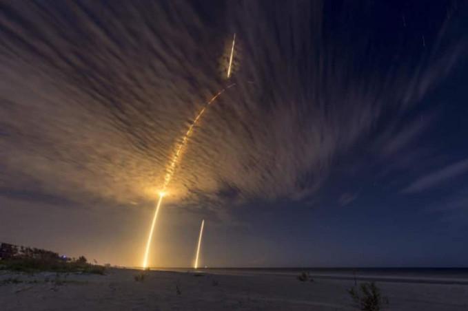 Tepat pada waktunya, foto ini diambil saat roket yang sedang terbang melewati awan.
