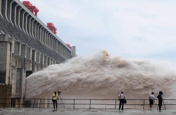 Mengerikan ya, ini adalah foto air yang keluar dari Bendungan Tiga Ngarai di Sungai Yangtze, Cina.