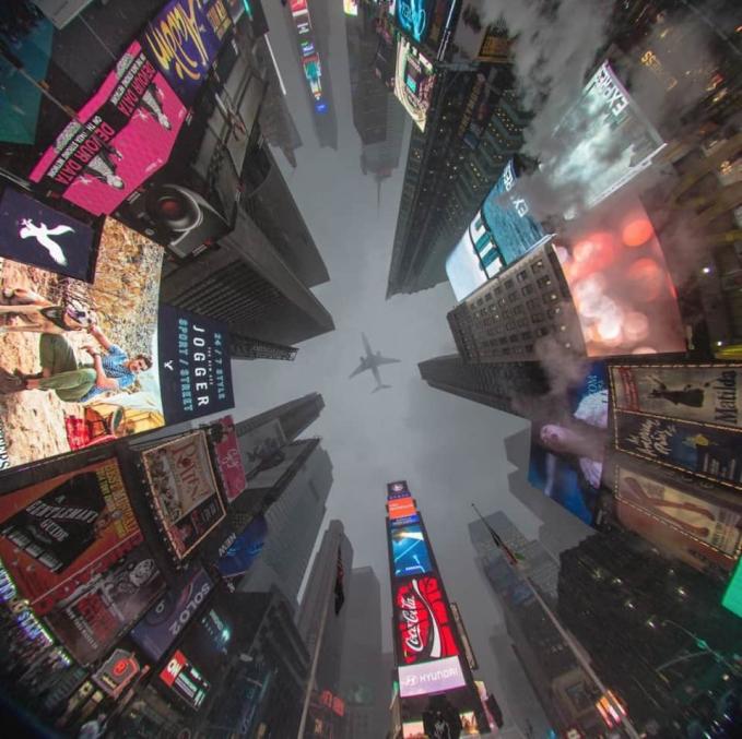 Foto Time Square yang diambil dengan teknik 360. Dan tepat saat itu ada pesawat yang lewat membuat foto ini makin dramatis.