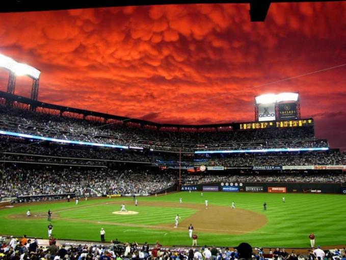 Langit yang tiba-tiba memerah terlihat diatas stadion sepak bola.