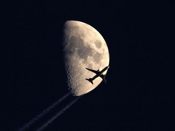 Potret menakjubkan pesawat yang terbang di langit malam.