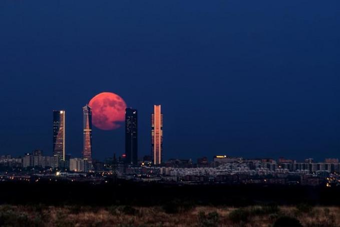 Bulan yang bercahaya merah di atas langit Kota Madrid, Sepanyol.