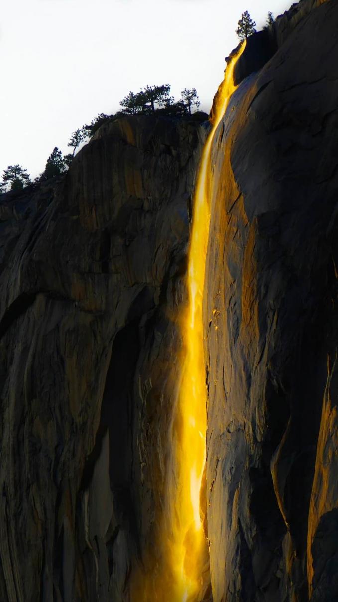Ini bukan api, Pulsker. Ini adalah potret air terjun yang berwarna keemasan terkena sinar matahari terbenam.
