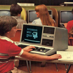 9 Foto Klasik Seseorang dengan Komputer Jadul di Era 80-an