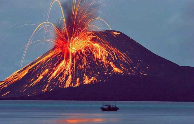 Meletusnya Gunung Krakatau Letusan Krakatau terjadi pada tahun 1883,tanggal 26 agustus dan letusan yang hebat tanggal 27 agustus.Dua per tiga bagian gunung runtuh yang menyebabkan lenyapnya sebagian pulau di sekelilingnya. Aktivitas Seismik tetap berlangsung sampai februari 1884,letusan ini adalah letusan gunung berapi paling mematikan dan paling merusak sepanjang sejarah menimbulkan setidaknya 36.417 korban jiwa karena letusan dan tsunami yang dihasilkan.Dampak dari letusan ini tidak hanya Indonesia saja yang mengalaminya tapi seluruh penjuru dunia merasakan pula.