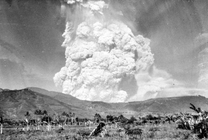 Meletusnya Gunung Kelud Kediri,Jawa timur Meletus tahun 1919.Gunung Kelud adalah gunung api tipe A di Jawa timur yang sangat aktif dengan rentang waktu letusan cukup pendek yaitu 9 - 25 tahun. Dan letusan pada tahun ini menelan korban sampai 5.160 jiwa, serta aliran lahar mencapai 38 km, juga abu muntahan hingga mencapai ujung pulau jawa dibagian barat dan bali di bagian timur.