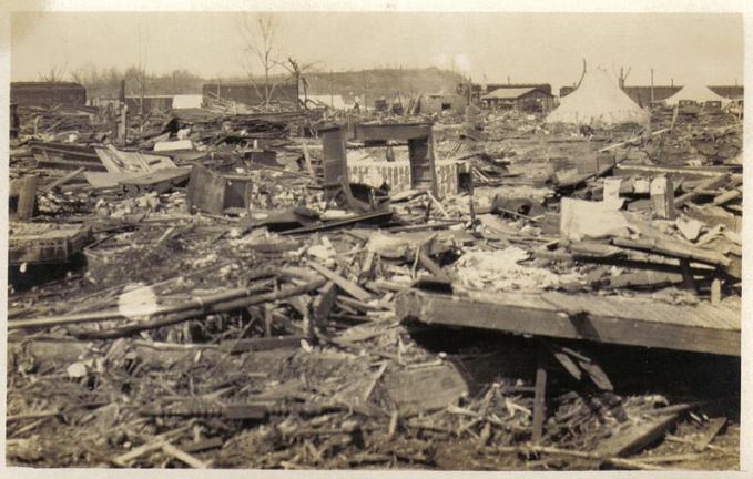 Tsunami Ende, Flores NTT Terjadi pada 12 Desember 1992 yang iawali dengan gempa berkekuatan 7,8 SR, sehingga memicu tsunami selang dua menit setelah gempa, dan mencapai setiap bagian dari pantai utara dalam waktu 5 menit. Korban jiwa yang terjadi sekitar 2000 jiwa dan menghancurkan 18.000 rumah.