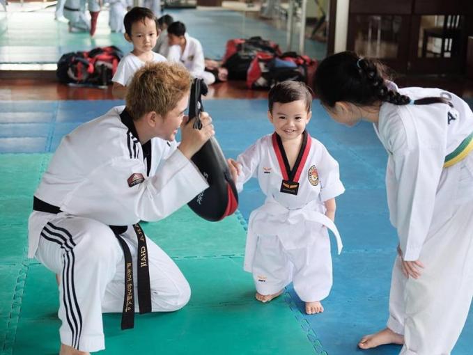 Kanaka putra dari Tya Ariesta sudah masuk kelas bela diri lho, padahal baru 2 tahun.