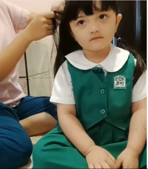 Sebelum berangkat ke sekolah Arsy dikepang dulu rambutnya biar makin cantik, padahal udah cantik lho ya !