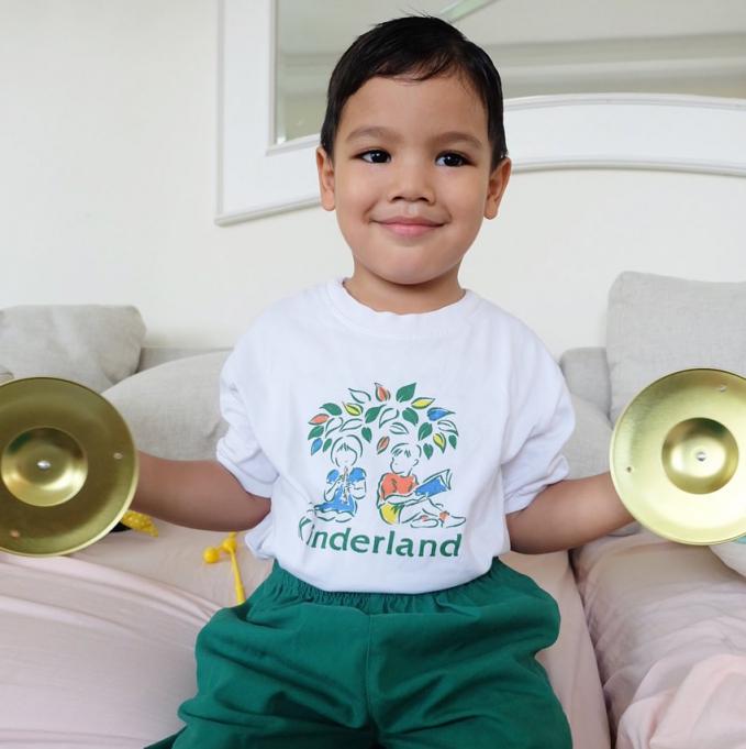 Juna anak dari Titi Kamal ini sudah pandai bermain musik lho.