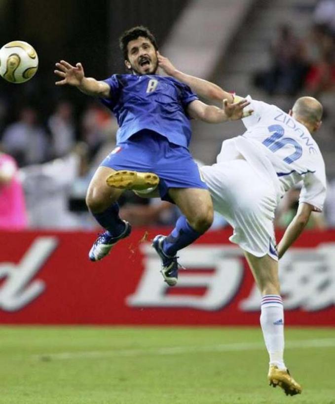 Nggak boleh nakal-nakal kalau main bola, bisa dijewer sama om Zidane lho ntar.