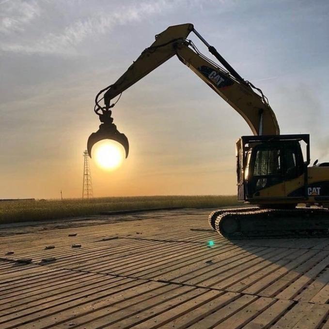 Posisi alat berat yang sejajar dengan matahari menghasilkan foto yang pas banget.