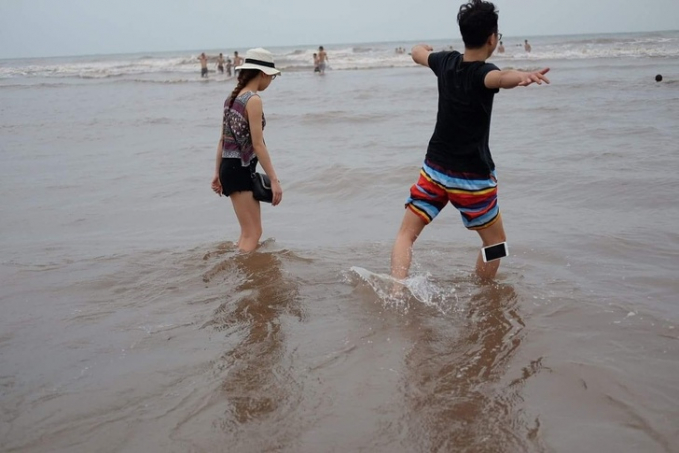 Detik-detik saat hp seseorang jatuh di pantai.