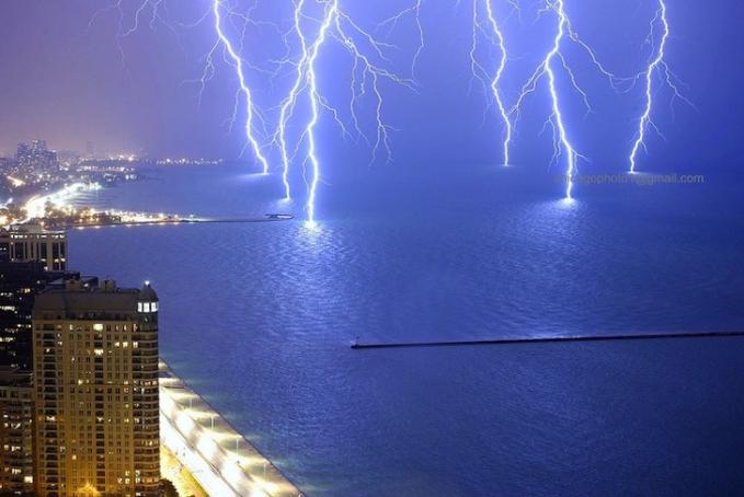 Fotografer juga menangkap kilat dan petir di atas danau Michigan, Amerika Serikat.