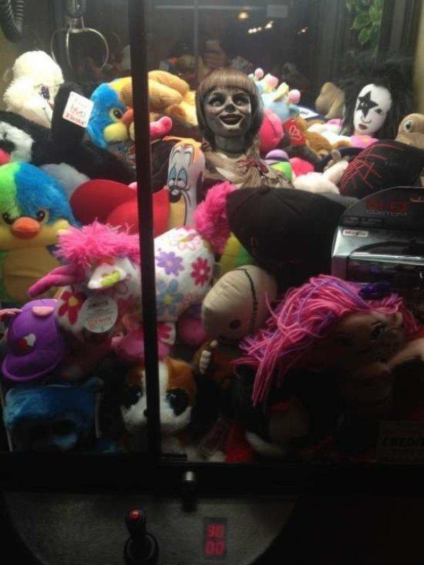 Kenapa boneka menyeramkan ini bisa ada dikumpulan boneka yang lucu??