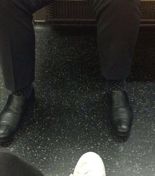 Wah .. sepatunya kok bisa misah dengan celananya ya !!