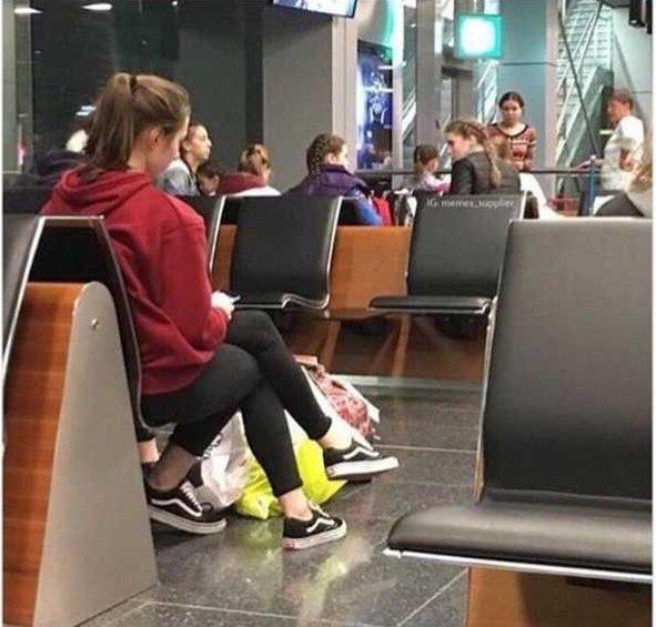 Wanita itu kakinya keliatan berjumlah tiga, padahal disebelahnya ada teman yang mengenakan celana dan sepatu yang sama.