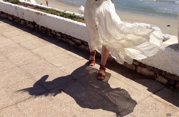 Hanya rok yang terkena angin, tapi bayangannya bisa menyerupai kuda.