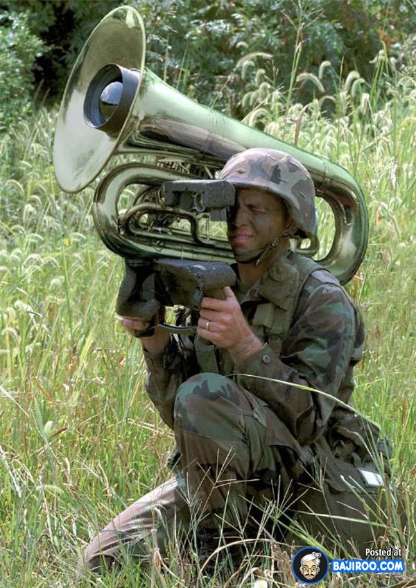 Multifungsi juga nih alat musiknya guys. Kalau nggak lagi mengintai musuh bisa digunakan untuk menghibur diri.